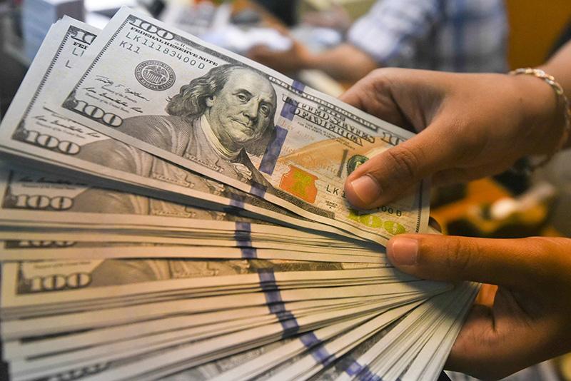 Dolar opera em queda e chega a 4,05 apos emprego nos EUA e a espera de powell